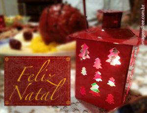 """Foto com imagem de ceia de Natal com cartão com os dizeres """"Feliz Natal""""."""