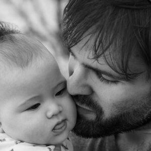 pai beijando filho bebê