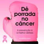 Cartaz contra o câncer de mama com laço rosa e luva de boxe