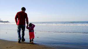 Dia do pai com filho na praia
