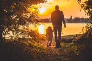 pai e filho no por do sol