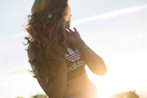 Plano de Fundo Adidas com foto de mulher